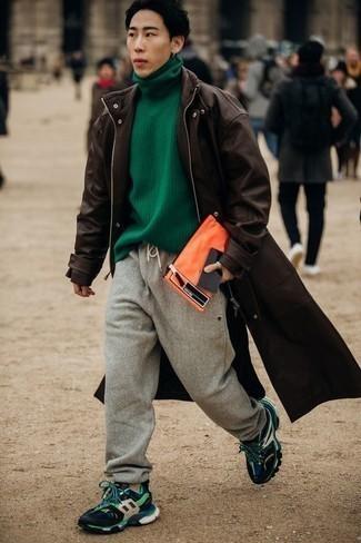 Come indossare e abbinare un dolcevita verde: Per un outfit quotidiano pieno di carattere e personalità, abbina un dolcevita verde con pantaloni sportivi grigi. Abbina questi abiti a un paio di scarpe sportive multicolori.