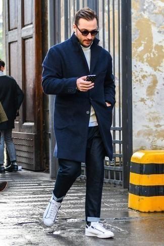 Come indossare e abbinare jeans blu scuro: Abbina un soprabito blu scuro con jeans blu scuro se cerchi uno stile ordinato e alla moda. Mettiti un paio di sneakers basse in pelle bianche per avere un aspetto più rilassato.