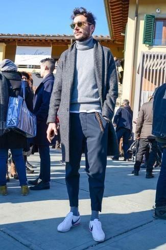 Come indossare e abbinare chino blu scuro: Vestiti con un soprabito grigio e chino blu scuro per un look da sfoggiare sul lavoro. Per un look più rilassato, calza un paio di sneakers basse in pelle bianche.