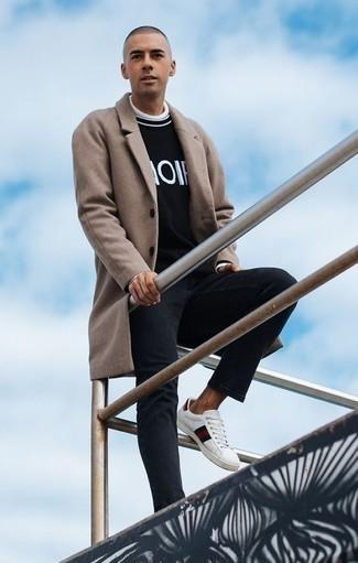 Quale soprabito indossare con un dolcevita bianco: Potresti combinare un soprabito con un dolcevita bianco per un look elegante ma non troppo appariscente. Scegli uno stile casual per le calzature con un paio di sneakers basse in pelle stampate bianche.