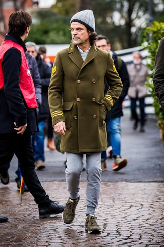 Come indossare e abbinare: soprabito verde oliva, felpa grigia, camicia a maniche lunghe bianca, pantaloni sportivi grigi