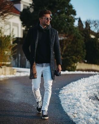 Trend da uomo 2020: Vestiti con un soprabito grigio scuro e jeans aderenti bianchi per un look trendy e alla mano. Per distinguerti dagli altri, scegli un paio di sneakers basse di tela stampate nere come calzature.