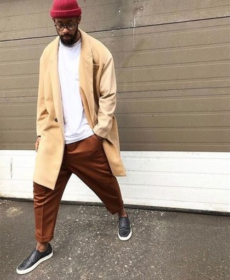 Come indossare: soprabito giallo, felpa bianca, chino terracotta, sneakers senza lacci in pelle nere