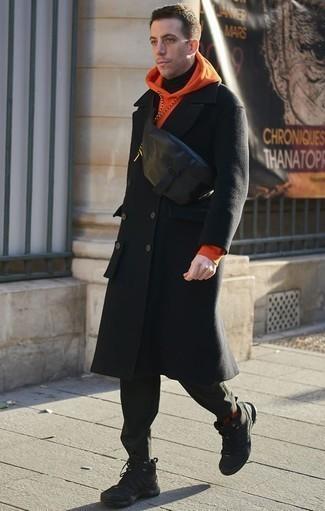 Come indossare e abbinare un marsupio in pelle nero: Per un outfit della massima comodità, coniuga un soprabito nero con un marsupio in pelle nero. Scarpe sportive nere creeranno un piacevole contrasto con il resto del look.