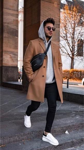 Come indossare e abbinare un marsupio in pelle nero: Indossa un soprabito marrone chiaro con un marsupio in pelle nero per un outfit rilassato ma alla moda. Sneakers basse di tela bianche e nere sono una splendida scelta per completare il look.