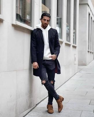 Trend da uomo 2020 quando fa gelo: Potresti combinare un soprabito blu scuro con jeans aderenti strappati neri per affrontare con facilità la tua giornata. Opta per un paio di stivali chelsea in pelle scamosciata marroni per dare un tocco classico al completo.