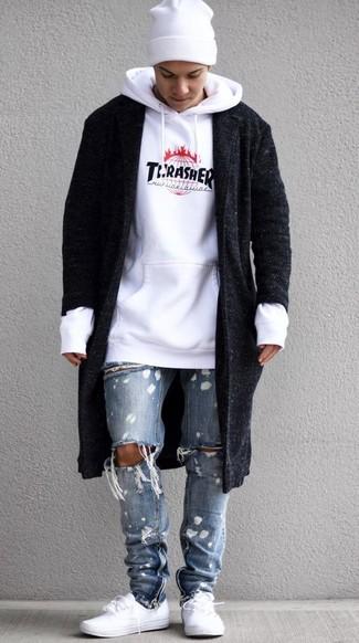 Come indossare e abbinare: soprabito nero, felpa con cappuccio stampata bianca, jeans strappati azzurri, sneakers basse bianche