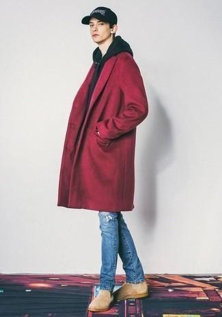 Moda ragazzo adolescente: Indossa un soprabito rosso con jeans strappati blu per un fantastico look da sfoggiare nel weekend. Sfodera il gusto per le calzature di lusso e indossa un paio di stivali chelsea in pelle scamosciata beige.
