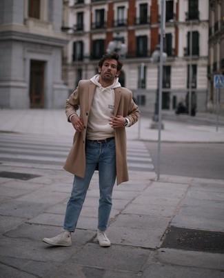 Come indossare e abbinare sneakers alte di tela bianche: Abbina un soprabito marrone chiaro con jeans azzurri per creare un look smart casual. Opta per un paio di sneakers alte di tela bianche per un tocco più rilassato.