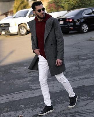 Trend da uomo 2021 in modo smart-casual: Abbina un soprabito grigio scuro con jeans bianchi, perfetto per il lavoro. Per distinguerti dagli altri, scegli un paio di sneakers basse in pelle nere.