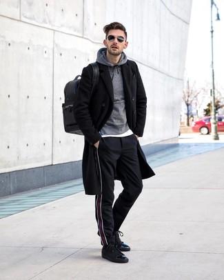 Come indossare e abbinare: soprabito nero, felpa con cappuccio grigia, t-shirt girocollo bianca, chino a righe verticali neri