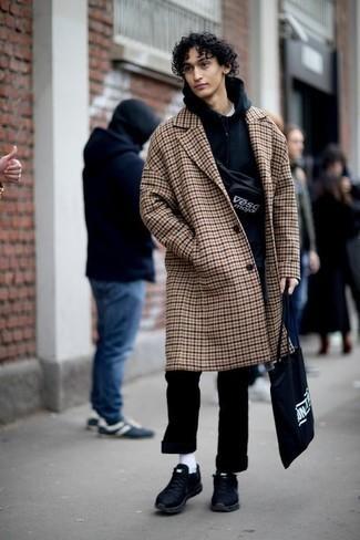 Come indossare e abbinare una felpa con cappuccio blu scuro: Sfrutta gli abiti più adatti al tempo libero con questa combinazione di una felpa con cappuccio blu scuro e chino neri. Scegli un paio di scarpe sportive nere per avere un aspetto più rilassato.