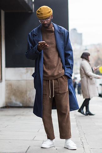 Come indossare e abbinare calzini bianchi: Coniuga un soprabito blu scuro con calzini bianchi per un'atmosfera casual-cool. Sneakers basse in pelle bianche sono una valida scelta per completare il look.