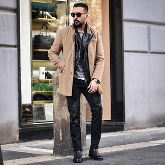 Come indossare e abbinare: soprabito marrone chiaro, giacca da moto in pelle nera, maglione girocollo grigio, camicia a maniche lunghe bianca