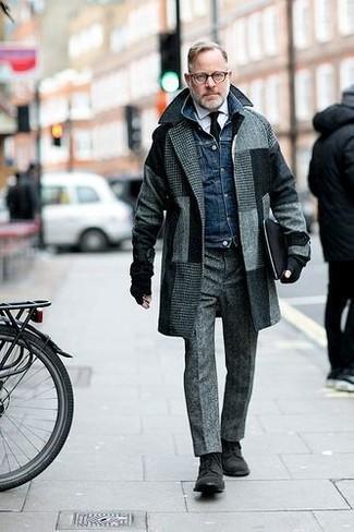 Come indossare e abbinare: soprabito a quadri grigio, giacca di jeans blu scuro, camicia elegante bianca, pantaloni eleganti di lana grigi