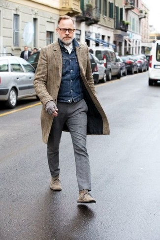 Come indossare: soprabito a quadri marrone, giacca di jeans blu scuro, camicia elegante bianca, pantaloni eleganti di lana grigi