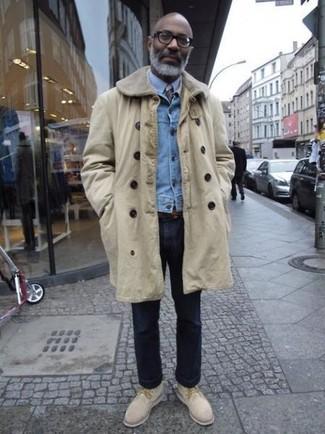 Come indossare e abbinare: soprabito beige, giacca di jeans azzurra, camicia elegante azzurra, jeans blu scuro