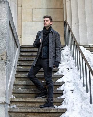 Come indossare e abbinare: soprabito a spina di pesce grigio scuro, giacca di jeans blu scuro, chino di lana grigio scuro, stivali da lavoro in pelle scamosciata neri