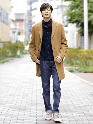 Come indossare e abbinare: soprabito marrone chiaro, giacca di jeans di velluto a coste blu scuro, dolcevita melanzana scuro, jeans blu scuro