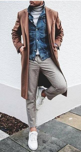 Come indossare e abbinare: soprabito marrone, giacca di jeans blu, dolcevita bianco, pantaloni eleganti di lana grigi