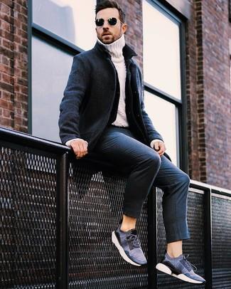 Come indossare: soprabito blu scuro, giacca di jeans blu scuro, dolcevita lavorato a maglia bianco, pantaloni eleganti a righe verticali blu scuro