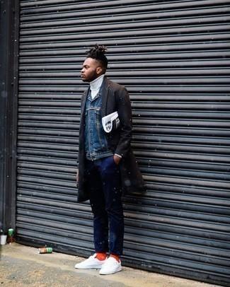 Come indossare e abbinare un soprabito marrone scuro: Abbina un soprabito marrone scuro con chino blu scuro per un drink dopo il lavoro. Sneakers basse di tela bianche aggiungono un tocco particolare a un look altrimenti classico.