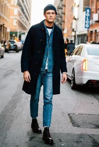 Trend da uomo: Abbina un soprabito nero con jeans blu per essere elegante ma non troppo formale. Rifinisci questo look con un paio di stivali casual in pelle neri.