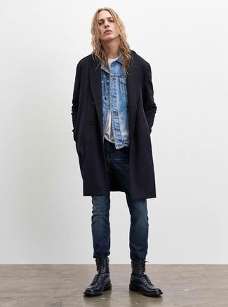 Come indossare e abbinare: soprabito blu scuro, giacca di jeans azzurra, t-shirt girocollo bianca, jeans blu scuro
