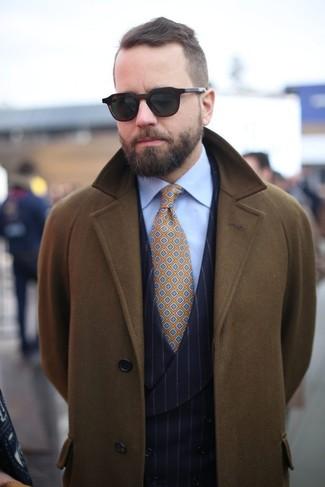 Come indossare e abbinare: soprabito verde oliva, gilet a righe verticali nero, camicia elegante azzurra, cravatta stampata senape