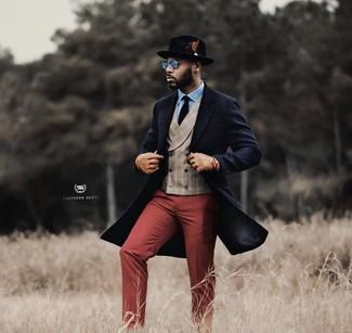 Come indossare e abbinare: soprabito blu scuro, gilet scozzese beige, camicia elegante azzurra, pantaloni eleganti bordeaux
