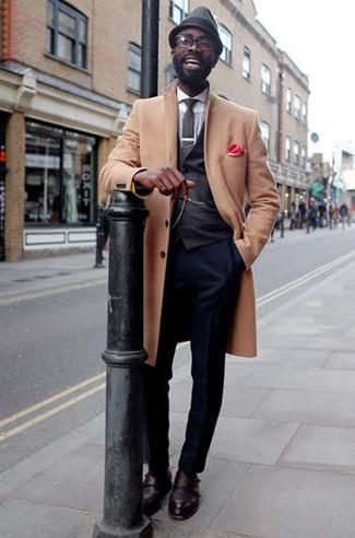 Come indossare e abbinare un borsalino di lana grigio scuro: Combina un soprabito marrone chiaro con un borsalino di lana grigio scuro per un'atmosfera casual-cool. Indossa un paio di scarpe double monk in pelle bordeaux per un tocco virile.