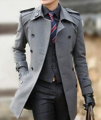 Come indossare e abbinare un gilet scozzese grigio scuro: Mostra il tuo stile in un gilet scozzese grigio scuro con pantaloni eleganti scozzesi grigio scuro per un look elegante e alla moda.