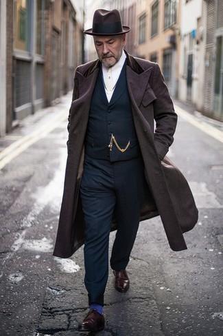 Come indossare e abbinare un gilet blu scuro: Opta per un gilet blu scuro e pantaloni eleganti blu scuro come un vero gentiluomo. Aggiungi un tocco fantasioso indossando un paio di scarpe derby in pelle bordeaux.