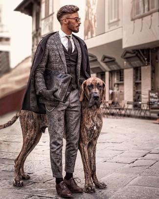 Come indossare e abbinare un soprabito marrone scuro: Scegli un soprabito marrone scuro e chino di lana grigi per un look da sfoggiare sul lavoro. Sfodera il gusto per le calzature di lusso e scegli un paio di scarpe derby in pelle marroni.