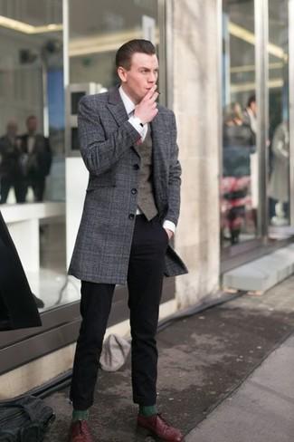 Come indossare e abbinare: soprabito scozzese grigio scuro, gilet marrone scuro, camicia elegante bianca, chino neri