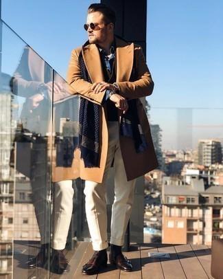 Trend da uomo 2021 in inverno 2022: Vestiti con un soprabito marrone chiaro e pantaloni eleganti beige per un look elegante e alla moda. Se non vuoi essere troppo formale, scegli un paio di stivali chelsea in pelle marrone scuro. Questo è l'outfit ideale per l'inverno.