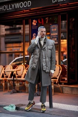 Come indossare: soprabito a quadri marrone scuro, gilet trapuntato marrone scuro, dolcevita beige, pantaloni eleganti di lana grigio scuro