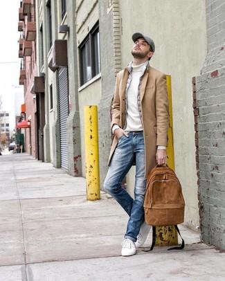 Come indossare e abbinare: soprabito marrone chiaro, gilet grigio, dolcevita bianco, jeans strappati blu