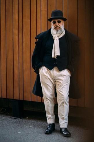 Moda uomo anni 60: Mostra il tuo stile in un soprabito blu scuro con pantaloni eleganti bianchi per essere sofisticato e di classe. Per distinguerti dagli altri, prova con un paio di stivali casual in pelle neri.