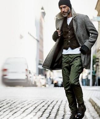 Come indossare: soprabito a spina di pesce grigio, gilet di velluto marrone scuro, t-shirt girocollo bianca, pantaloni cargo verde oliva