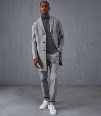 Trend da uomo 2020 quando fa freddo: Abbina un soprabito grigio con pantaloni eleganti di lana grigi per un look elegante e di classe. Per distinguerti dagli altri, scegli un paio di sneakers basse in pelle bianche.