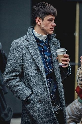 Come indossare e abbinare: soprabito grigio, giacca di jeans blu scuro, dolcevita bianco