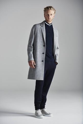 Come indossare e abbinare un maglione con zip blu scuro: Abbina un maglione con zip blu scuro con pantaloni sportivi blu scuro per un look trendy e alla mano. Rifinisci questo look con un paio di sneakers basse grigie.