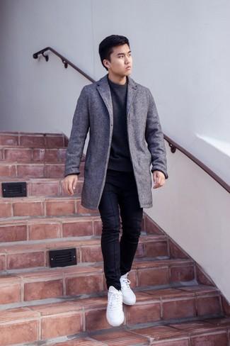 Come indossare e abbinare un maglione girocollo grigio scuro: Potresti abbinare un maglione girocollo grigio scuro con chino neri per un look semplice, da indossare ogni giorno. Perché non aggiungere un paio di sneakers basse bianche per un tocco più rilassato?