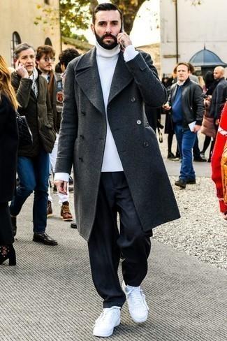 Come indossare e abbinare jeans blu scuro: Scegli un soprabito grigio scuro e jeans blu scuro per un look da sfoggiare sul lavoro. Scegli un paio di sneakers basse in pelle bianche per avere un aspetto più rilassato.