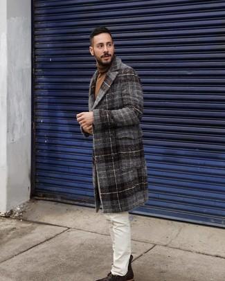 Come indossare e abbinare: soprabito scozzese grigio scuro, dolcevita marrone, jeans bianchi, stivali casual in pelle marrone scuro