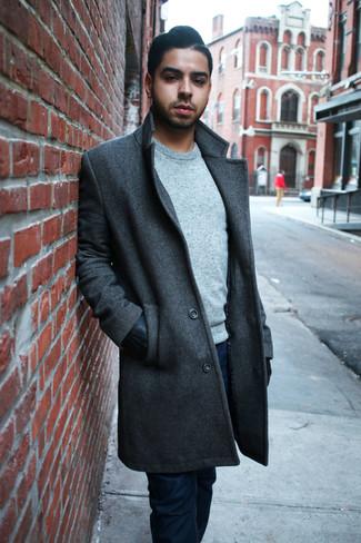 Come indossare e abbinare: soprabito grigio scuro, maglione girocollo grigio, jeans blu scuro, guanti in pelle neri