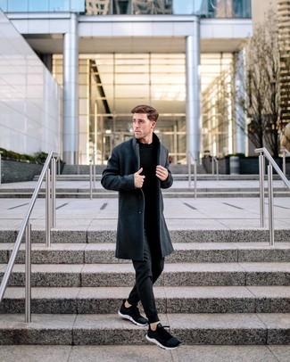 Come indossare e abbinare: soprabito grigio scuro, maglione girocollo nero, pantaloni sportivi neri, scarpe sportive nere