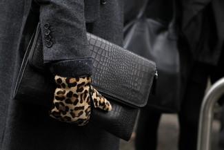 Come indossare e abbinare: soprabito grigio scuro, pochette in pelle nera, guanti in pelle scamosciata leopardati marrone chiaro