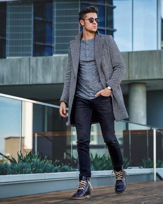 Come indossare e abbinare: soprabito a spina di pesce grigio, serafino manica lunga grigio, jeans neri, stivali casual in pelle blu scuro